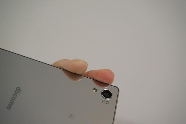 レンズの位置が側面に近く写真に指が入りやすい