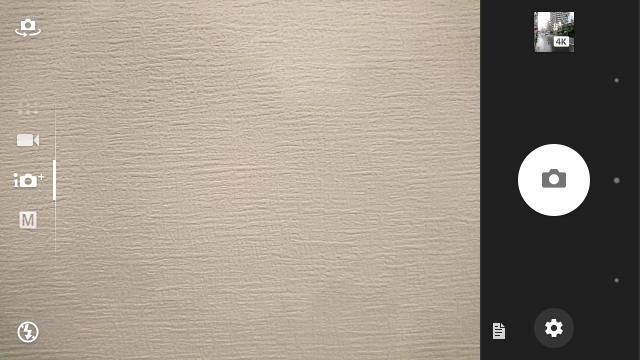 Xperia X Performanceのカメラ画面。縦にスライドしてカメラモード、横にスライドしてインカメラとの切り替え