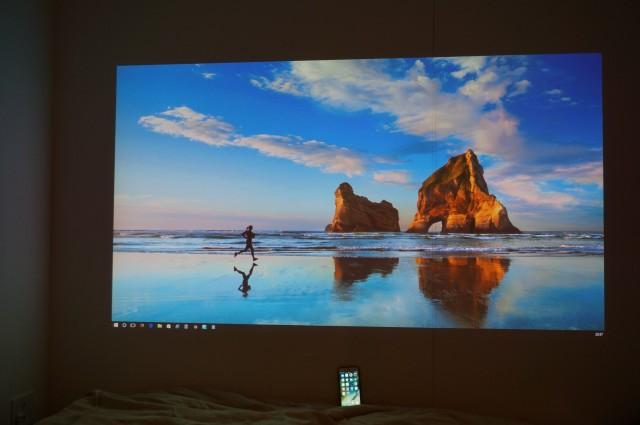 Windows 10の壁紙をそのまま投影。下は繰り返しながら5.5インチのiPhone 7 Plus