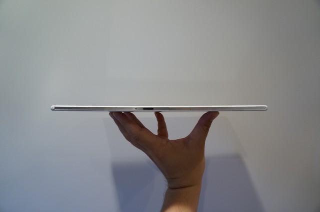 手に持つと驚くほどの薄さと軽さ