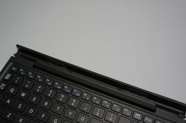 キーボード上部にタブレット本体を装着