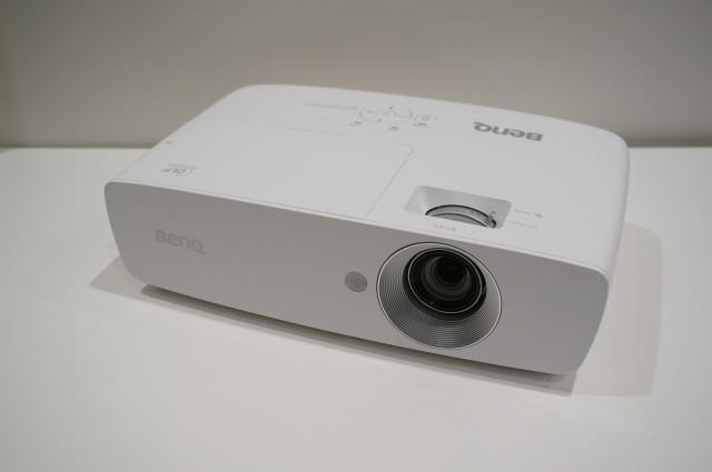 100インチの映像を投影できる「HT1070」