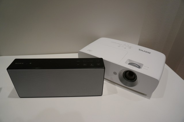 外部スピーカーの組み合わせでより高音質の環境も実現。写真はソニーの「SRS-X77」